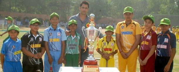 ex International cricketer Amit Bhandari with both team player in the KG Khosla memorial cricket tournament