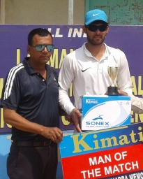 Mohit Ahlawat received man of the match award from KK Tiwari in Laxman Das cricket