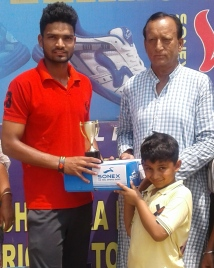 Kartikey Singh received man of the match award from OP Chabra in Laxman Das cricket
