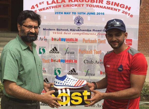 Unmukt Chand received man of the match award from Vijay Malhotra Principal Modern School